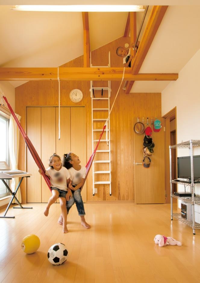 内田建設【子育て、建築家、ガレージ】2階の子ども部屋は、成長に合わせて、2つの部屋にすることもできる。高い勾配天井、ロフト、梁に吊るしたハンモック…と、お子さんにとっては格好の遊び場だ