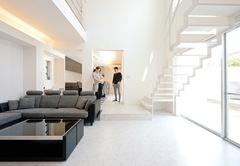 プライベート空間を楽しむモダンなコートハウス