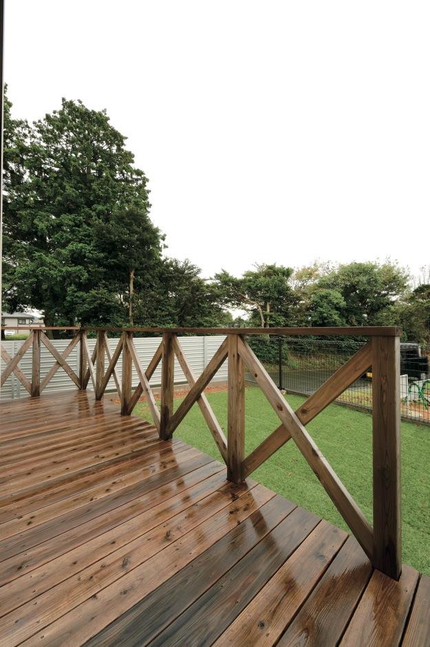 内田建設【収納力、間取り、建築家】カヴァード ポーチのようなおしゃれなウッドデッキ。芝生の庭でBBQをするのが楽しみ