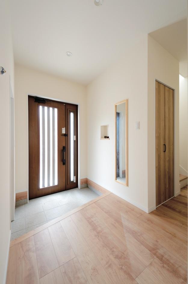 内田建設【収納力、間取り、建築家】ドアを開けた瞬間、木の香りがただよう玄関ホール