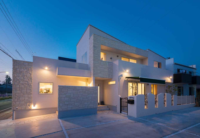 内田建設【デザイン住宅、建築家、インテリア】店舗兼用の二世帯住宅。一流の建築家ならではのエッジの効いた外観は、道行く人が足を止めるほどインパクト大。水平、垂直のラインの美しさも独創的