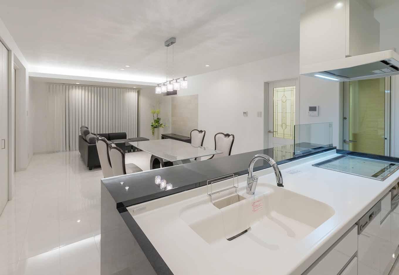 内田建設【デザイン住宅、建築家、インテリア】モノトーンを基調とした24畳のLDK。ワンルームでありながら、緩やかにゾーニングされた空間で二世帯の会話が弾む