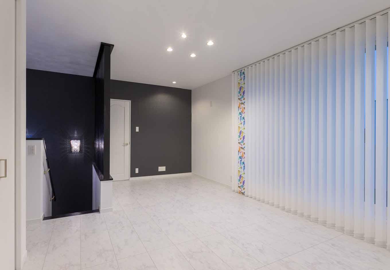 内田建設【デザイン住宅、建築家、インテリア】2階ホールは、家族で多目的に使えるユーティリティスペース。奥さまの職業柄、ブラインドのセレクトにも個性とセンスの良さを感じる