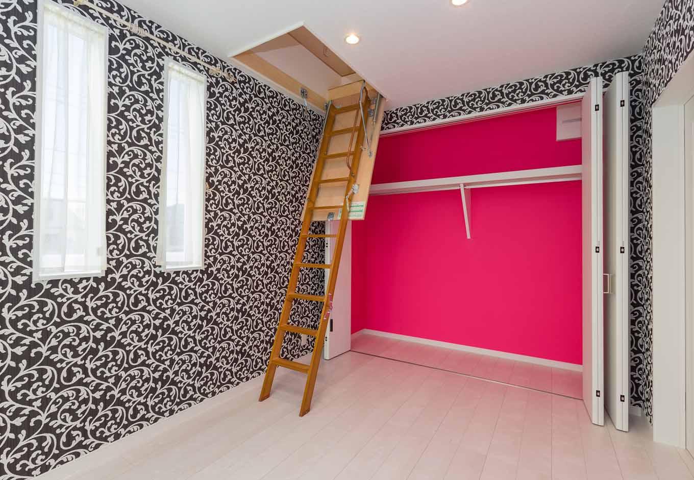内田建設【デザイン住宅、建築家、インテリア】長女の個室。壁とクローゼットの中の独特な色のクロスは長女が自分で選んだ。ハシゴを上れば小屋裏収納へと続く