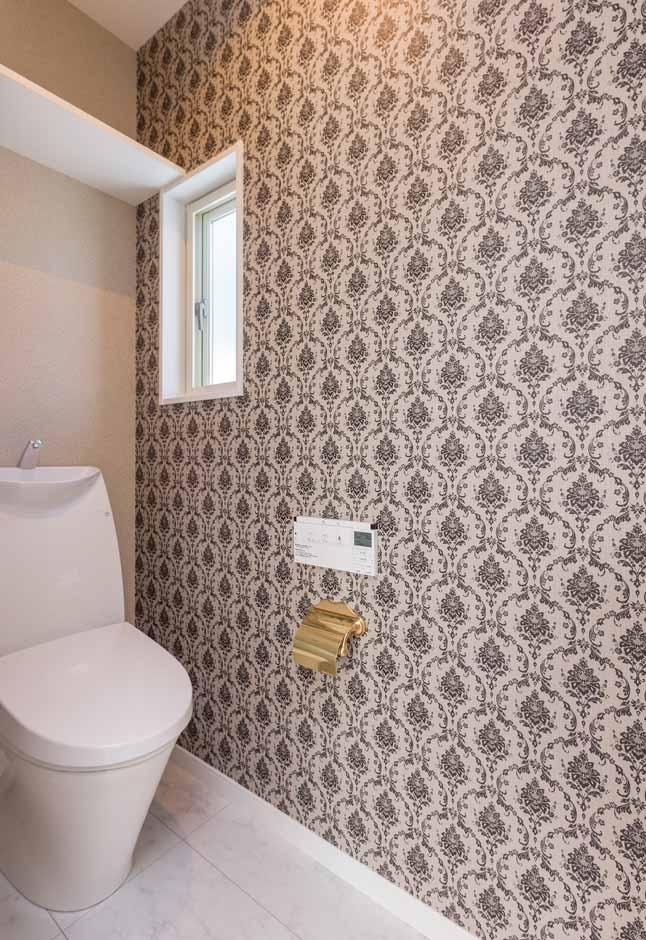 内田建設【デザイン住宅、建築家、インテリア】トイレのクロスの色も悩みに悩んで、最終的には奥さまが選んだ。高級感漂う大理石調のフローリングはお手入れもラクラク