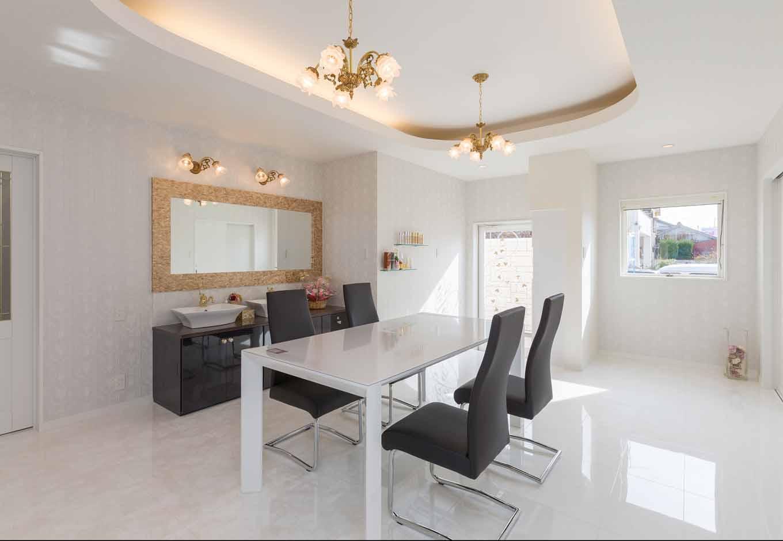 内田建設【デザイン住宅、建築家、インテリア】奥さまが経営するビューティーサロンを1階に併設。住宅と店舗の玄関を別々にすることで、家族とお客様のプライバシーをしっかり確保