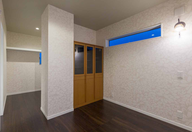 内田建設【デザイン住宅、建築家、インテリア】お母さまの寝室は落ち着いたテイストでコーディネート。スリットの窓を採用したことで、外からの視線を遮りつつ、光を上手に取り入れる。大容量のウォークインクローゼットも完備
