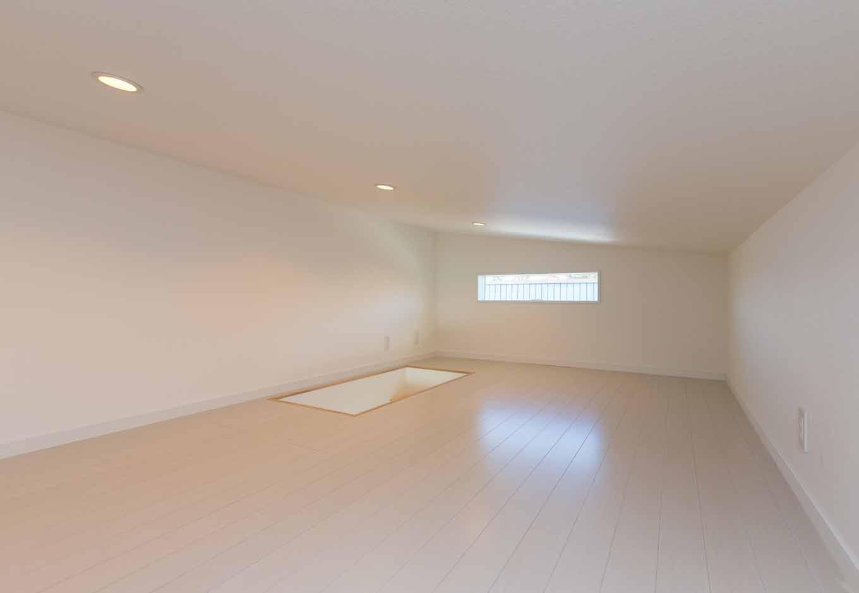 内田建設【デザイン住宅、建築家、インテリア】家族のアルバムや雛人形などを収納したり、長女の隠れ部屋としても使える小屋裏は、勾配天井によって生まれたボーナス空間。天井高1,400mm以下で、固定資産税の対象にならないのもうれしい
