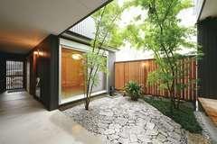 自然を身近に感じる 土間と中庭のある 二世帯住宅