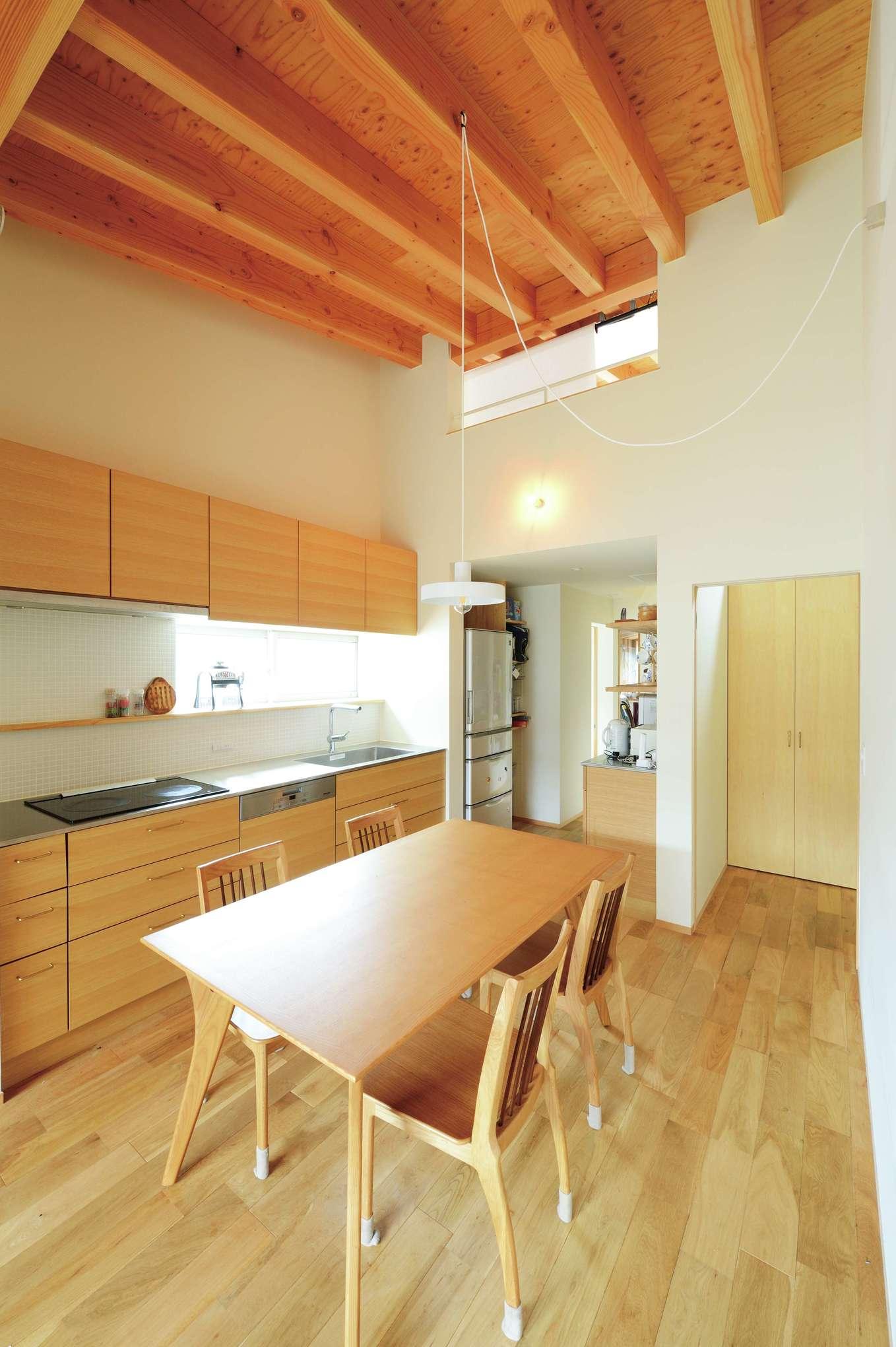 子世帯のキッチンはオリジナル造作。水回りへの短い動線と豊富な収納が奥さまの負担を軽減