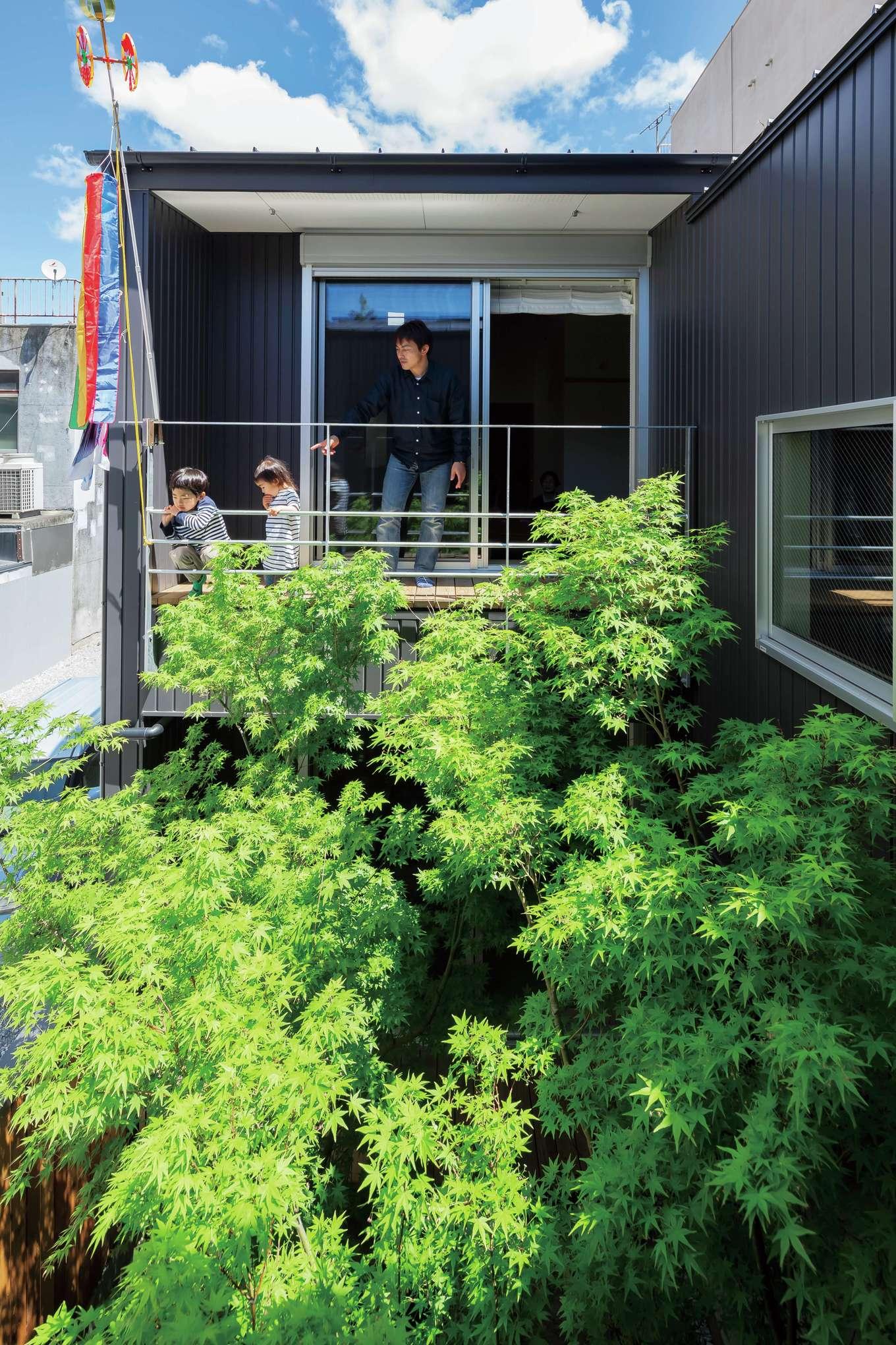 中庭を囲むようにコの字型に配置された2階の子世帯。ベランダからヒヨドリの巣が見えて、子どもたちも興味津々
