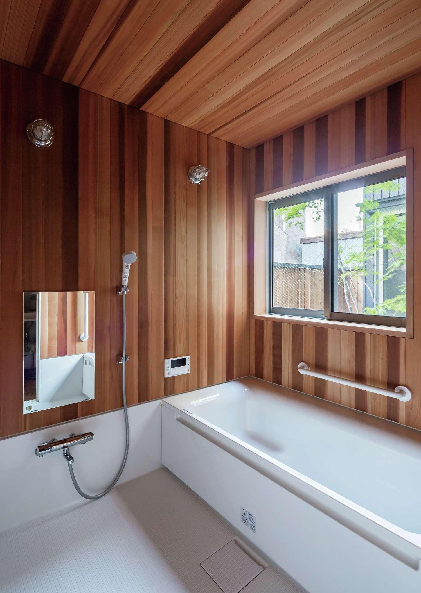 坪庭を眺めながら贅沢なバスタイムを楽しめる、ヒノキづくりの浴室