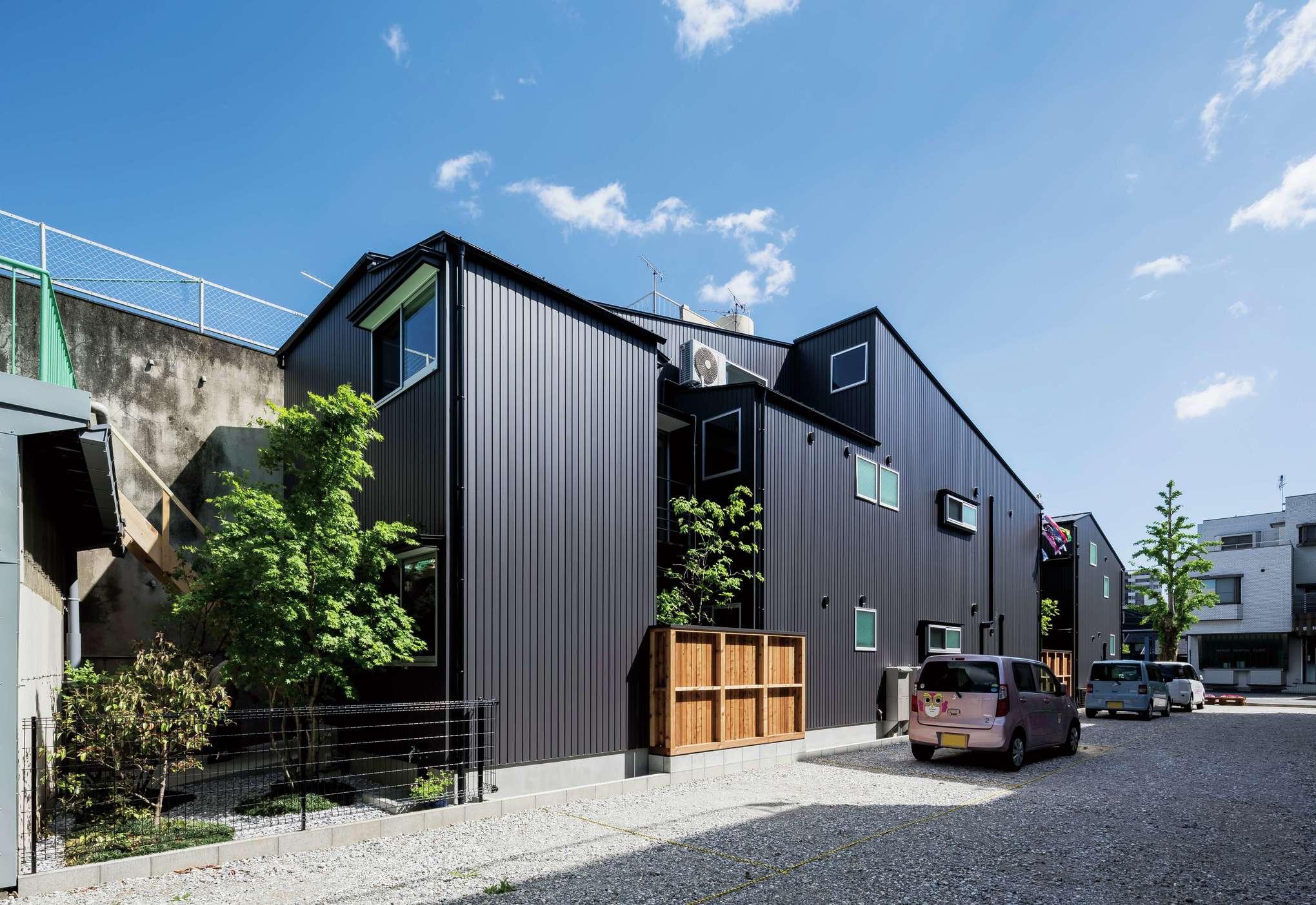 鰻の寝床のように細長い敷地に合わせてプランニングされたスタイリッシュな外観デザイン