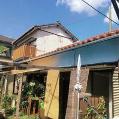二世帯同居には部屋数が足りず、現在の生活スタイルに合わなかった。平屋と二階建てを繋げたような幅のある建物。二世帯住宅に対応するため、切妻屋根を片流れ屋根に替えて小屋裏まで無駄なく使えるように希望した