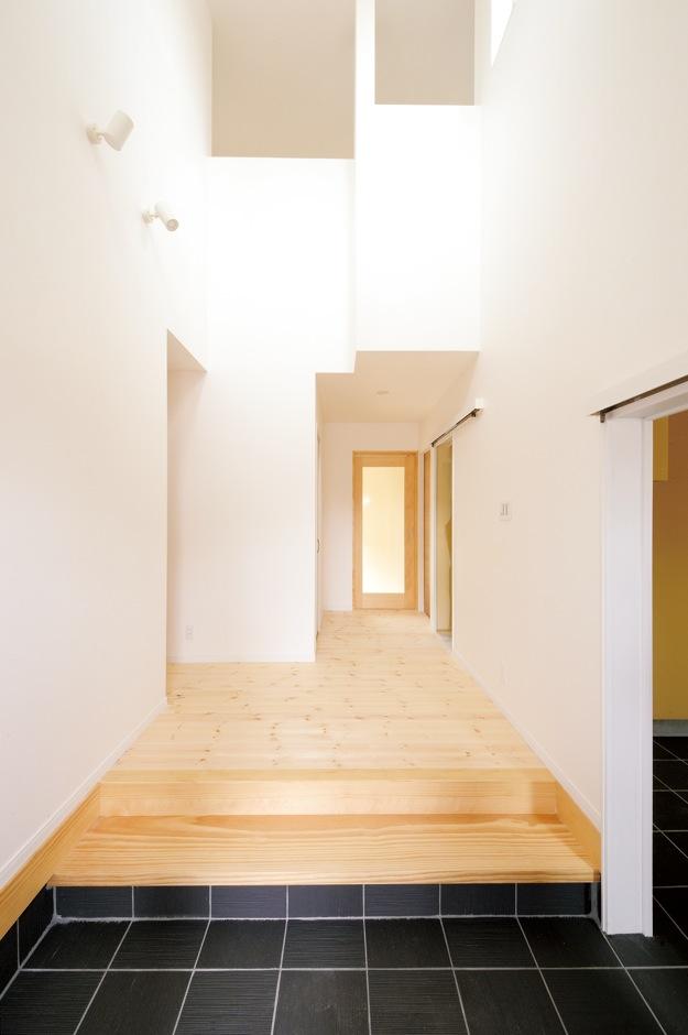 吹き抜けのある開放的な玄関横にシューズクロークを増築