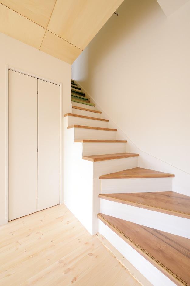 玄関を向いていた階段の向きを180度回転させ、リビング階段に。家族が自然とコミュニケーションでき、会話も弾む