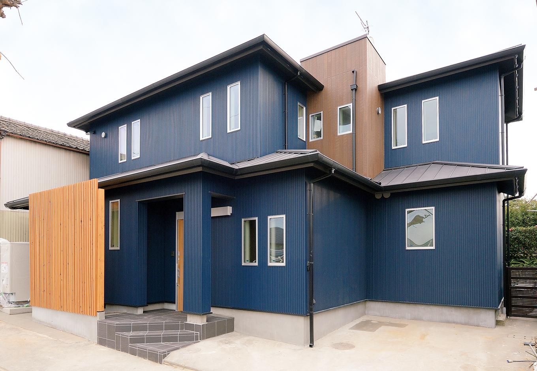 前の家の外壁の上に新しくガルバリウム鋼板を覆うことで、断熱などの居住性が改善。さらに廃材も減りコスト削減にも。玄関横には収納スペースを増築