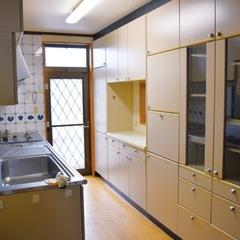 家の奥にあったキッチンを明るいリビングへ移動。別の部屋へ運んでいた配膳も楽になった