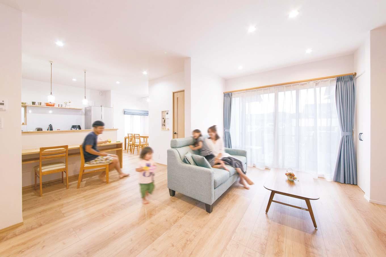 内田建設|中廊下の壁を取り去り、念願だった広々LDKを実現。和室だった茶の間と客間を洋室にかえて、キッチンを中心としてL字につなげた。キッチンは壁付けから対面式へと変更。家族とコミュニケーションをとりながら調理を楽しめる