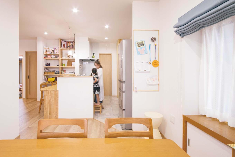 内田建設|キッチン隣のパントリーからは、ウォークインクローゼット、廊下へと通り抜けできる