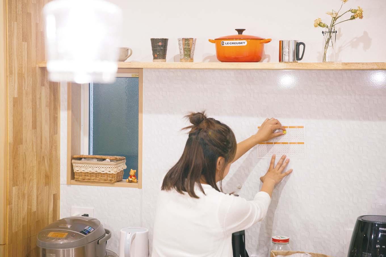 内田建設|キッチン背面の壁はマグネットパネルを採用。レシピやキッチンツールなどを貼っておくのに便利