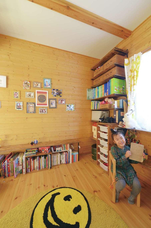 BESS浜松【デザイン住宅、子育て、趣味】リビングに隣接する子ども部屋。収納棚はすべてご主人のDIY。二人の娘さんがお嫁に行ったら、趣味部屋としても使えそう