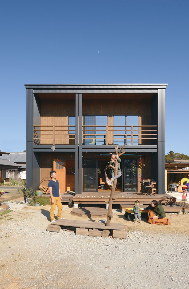 BESS浜松【デザイン住宅、子育て、趣味】目の前に茶畑が広がり、遠くに富士山も見える絶好のロケーションに建つY邸。オープンフェイスの外観は、クロスしたトリムラインが印象的