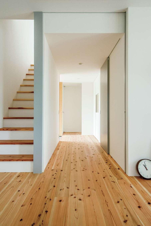 リビングから玄関、そして主寝室への眺め。階段の踏み板は、厚さ30mmの杉板
