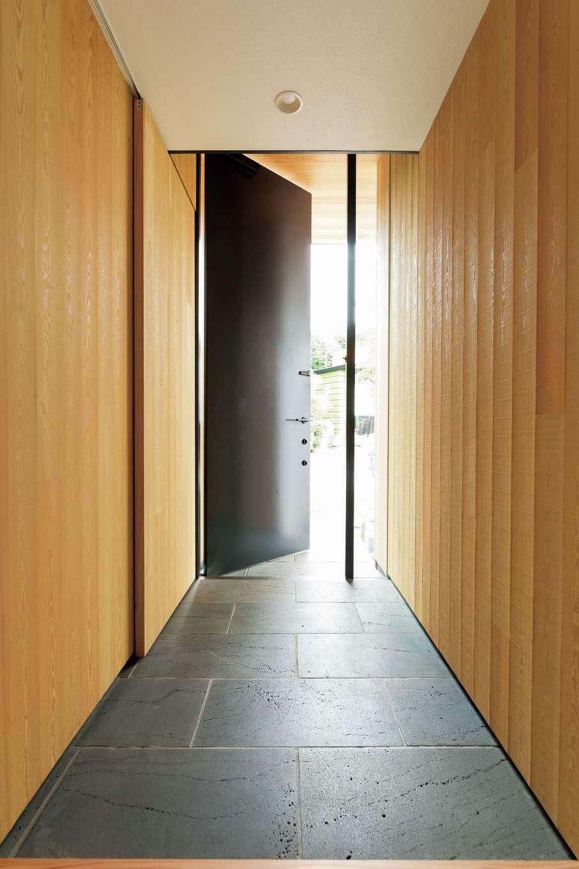 重厚感のある鉄の扉と、富士山の溶岩プレートを用いた玄関
