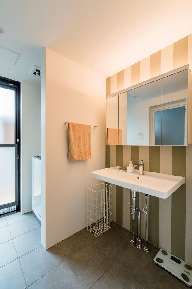 ストライプ柄が美しい洗面室。洗面台は奥行きの狭いものを合わせた
