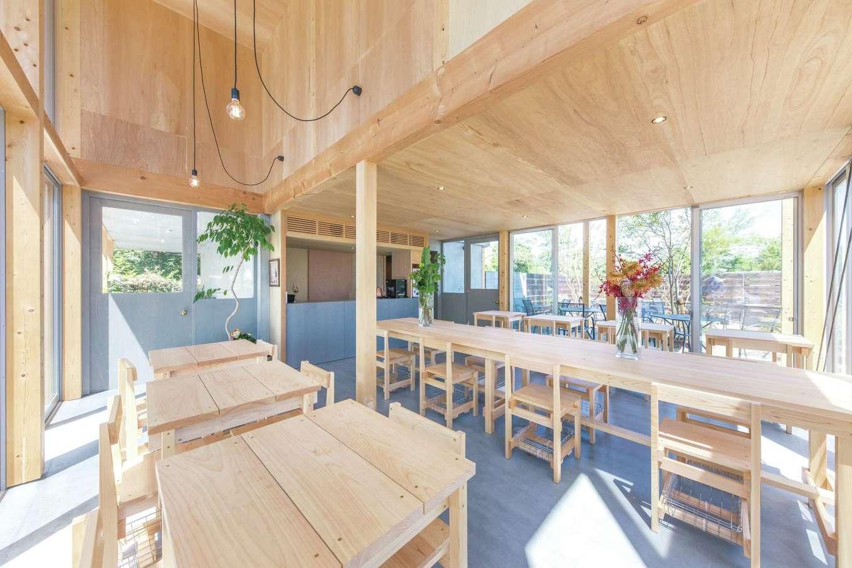 建杜 KENT(大栄工業)【デザイン住宅、建築家、インテリア】カフェの家具もオリジナルで造作し、統一感を創出。明るく木のぬくもりあふれる店内で楽しむイタリアンベースの食事メニューが早くも評判だ