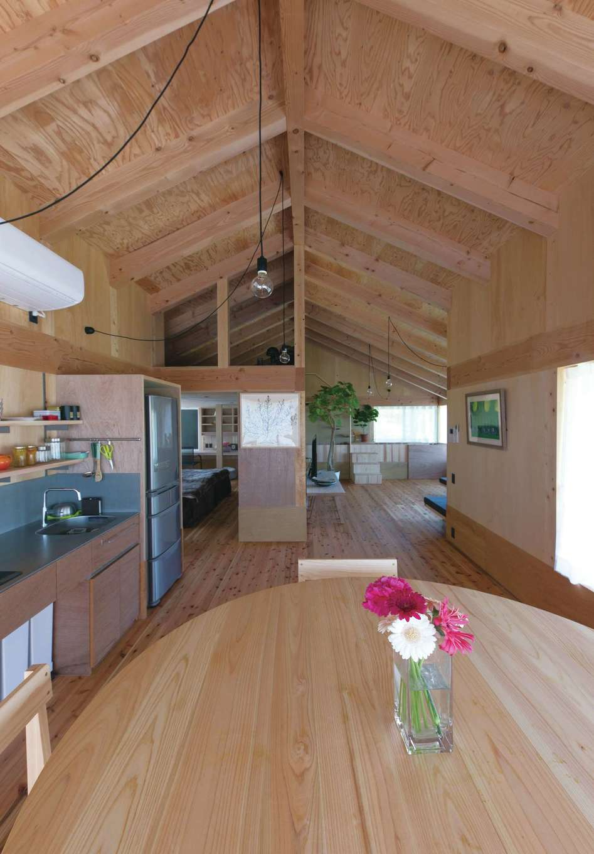 建杜 KENT(大栄工業)【デザイン住宅、建築家、インテリア】2階の住居部分は、仕切りが一切ないワンフロア。階下のカフェに厨房があるため、キッチンはシンプルに。ステンレスの質感はウッディな空間のアクセント