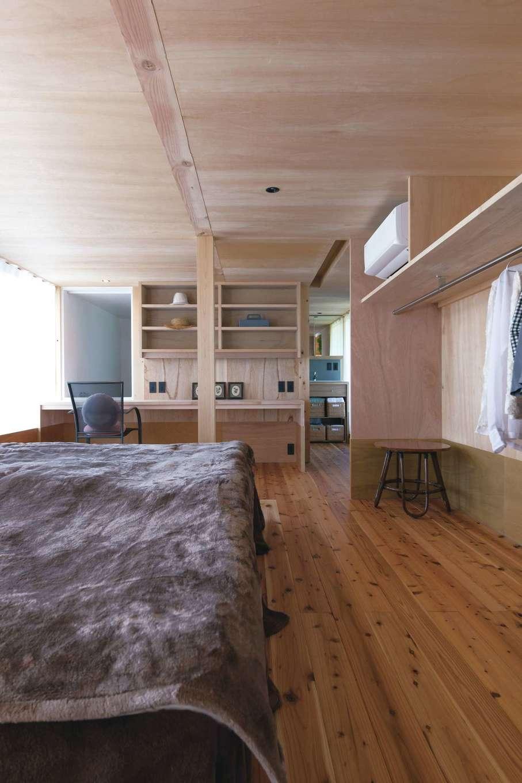 建杜 KENT(大栄工業)【デザイン住宅、建築家、インテリア】キッチンと水回りの間にはウォークスルーの寝室。パソコン作業も快適になるカウンターデスクを造作