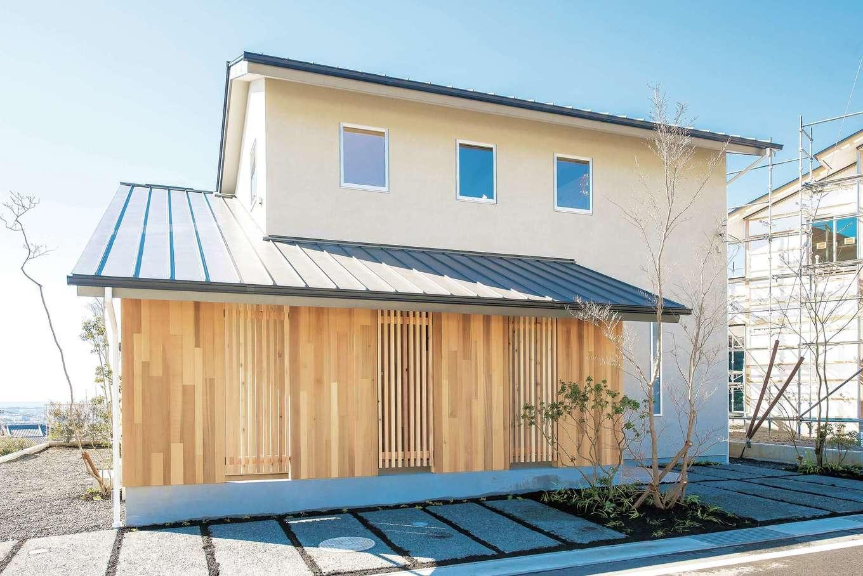 建杜 KENT(大栄工業)【和風、間取り、建築家】和とモダンが共鳴する落ち着いた外観。外壁は塗り壁、レッドシダーの格子は視線を遮ると同時に、木製の玄関ドアを保護するために採用