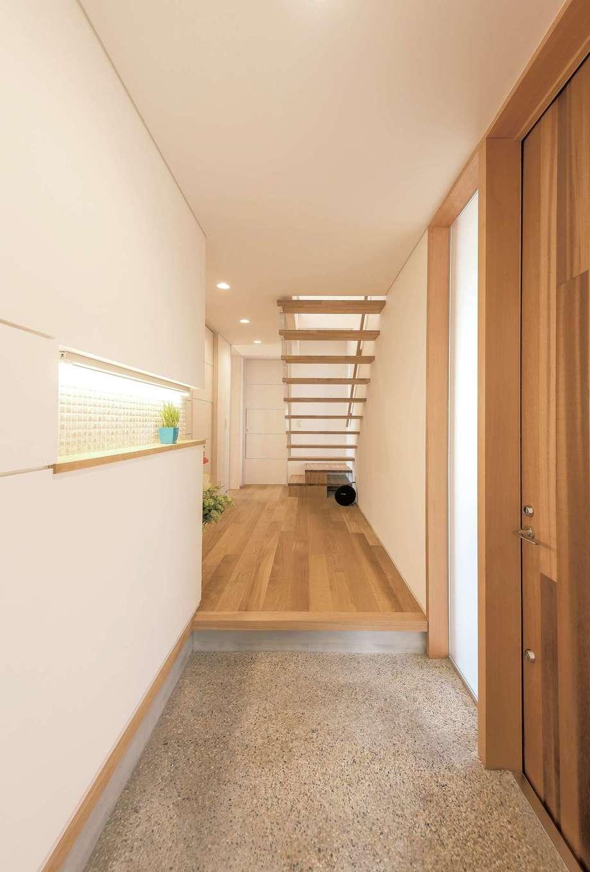 建杜 KENT(大栄工業)【和風、間取り、建築家】新しいのに懐かしい洗い出しの土間玄関。玄関ドアはレッドシダーの裏面を使用