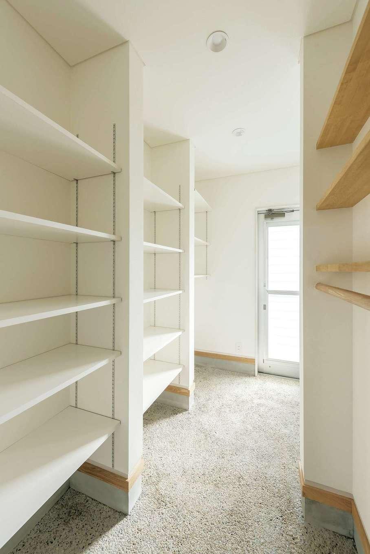 建杜 KENT(大栄工業)【和風、間取り、建築家】勝手口と玄関の中間に設けたユーティリティ。大容量のパントリーと玄関クロークは造作