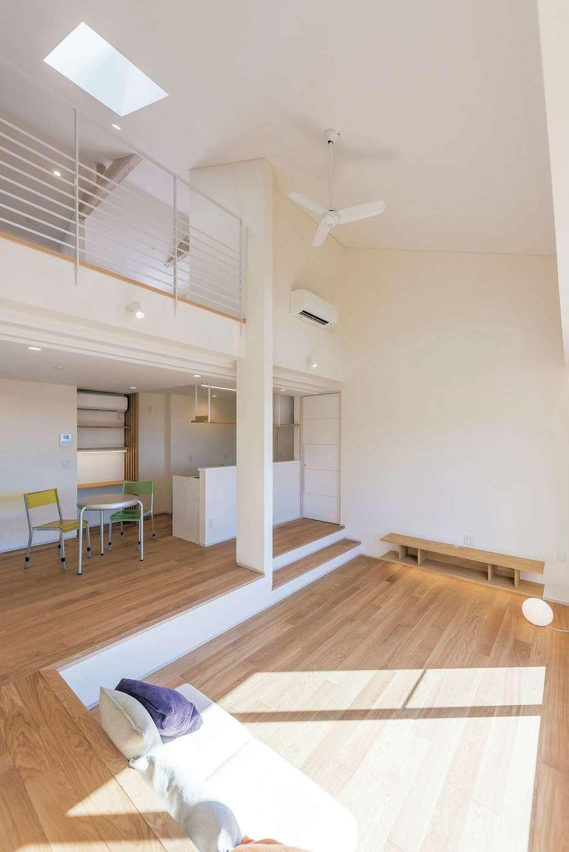 建杜 KENT(大栄工業)【和風、間取り、建築家】吹抜けの開放感が気持ちいい20畳のLDK。無垢床は床暖房対応の幅広のオーク材。段差のあるサンクンリビングを採用したことで、座るとちょうど目線の高さにきらめく駿河湾が見渡せる