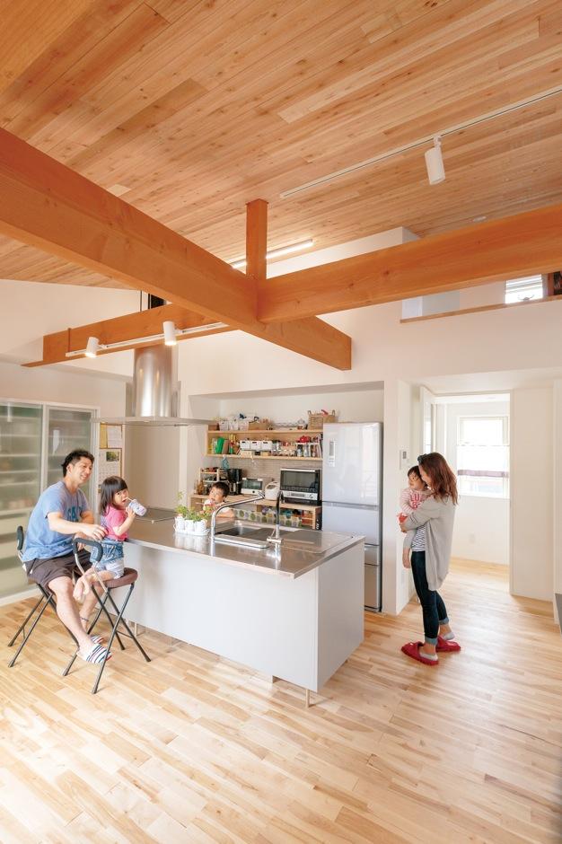 建杜 KENT(大栄工業)【間取り、建築家、ガレージ】アイランドキッチンを囲むようにして造られた2階のリビング空間。気づけば家族みんなが集う場所に