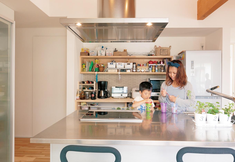 建杜 KENT(大栄工業)【間取り、建築家、ガレージ】設計士の鈴木さんが教えてくれたこのキッチンに一目惚れ。食器洗いを旦那さんがしてくれるので、男性が立ってもカッコイイです、と奥さま