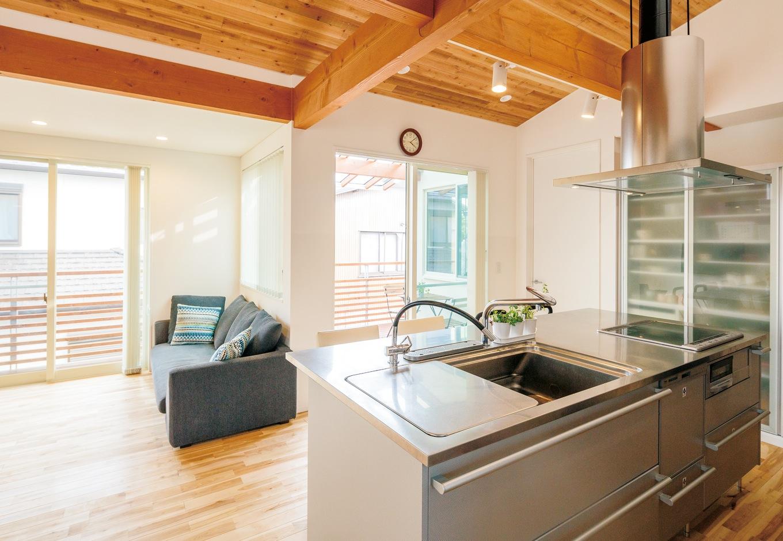 建杜 KENT(大栄工業)【間取り、建築家、ガレージ】光が燦々と入り込む広々LDK。キッチンに立てば、2階全体を見渡せる設計なので奥さまも安心だ