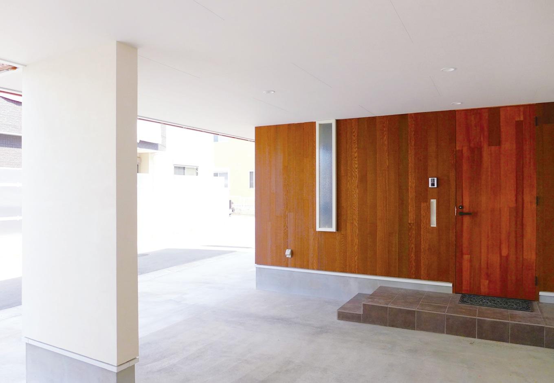 建杜 KENT(大栄工業)【間取り、建築家、ガレージ】ゲストの車がたくさん置けるよう、ガレージの空間を設計した。出入り口のドアもレッドシダーで