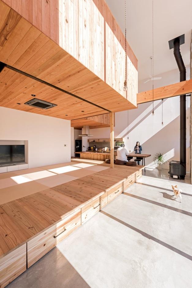 建杜 KENT(大栄工業)【デザイン住宅、自然素材、建築家】土間とキッチンの上部は吹き抜けに。家のなかがひとつの空間になっており、家中が同じ温度で快適。家のどこにいても家族の気配が感じられるのもうれしい