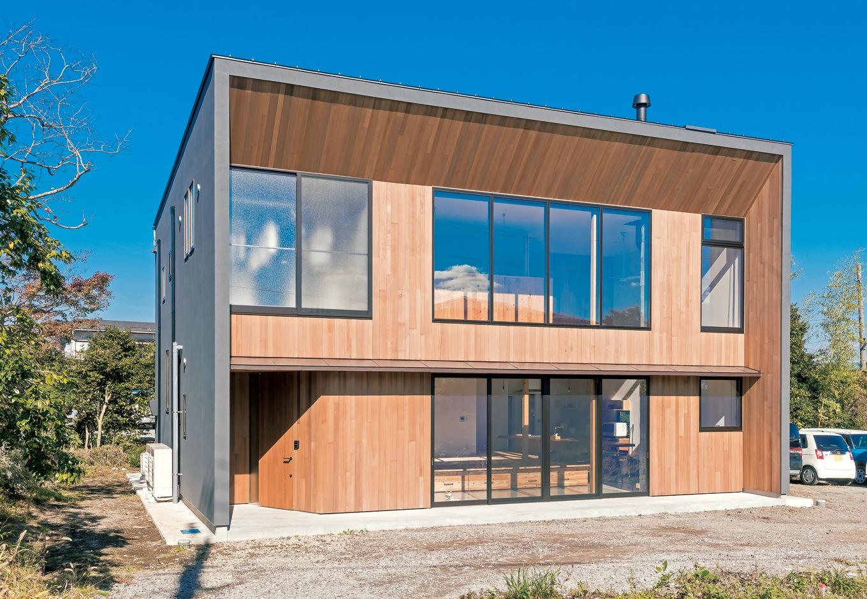 建杜 KENT(大栄工業)【デザイン住宅、自然素材、建築家】幅や長さがランダムなレッドシダー羽目板張りが鮮やかな印象