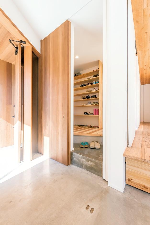 建杜 KENT(大栄工業)【デザイン住宅、自然素材、建築家】玄関ドアは外観と同じにしたオリジナル。畳スペースとシューズクロークは同じ高さ