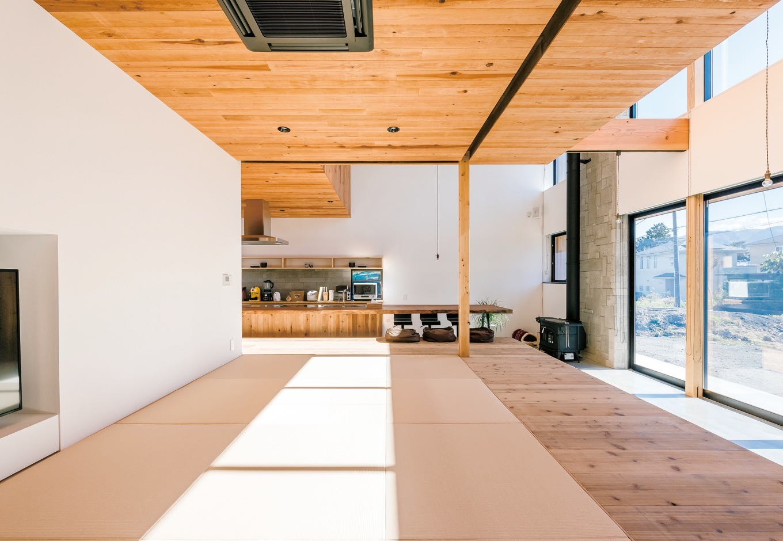 建杜 KENT(大栄工業)【デザイン住宅、自然素材、建築家】玄関を入ってすぐの畳敷きのリビングスペース。杉板はあえて裏を表にして使用。手触りが楽しい