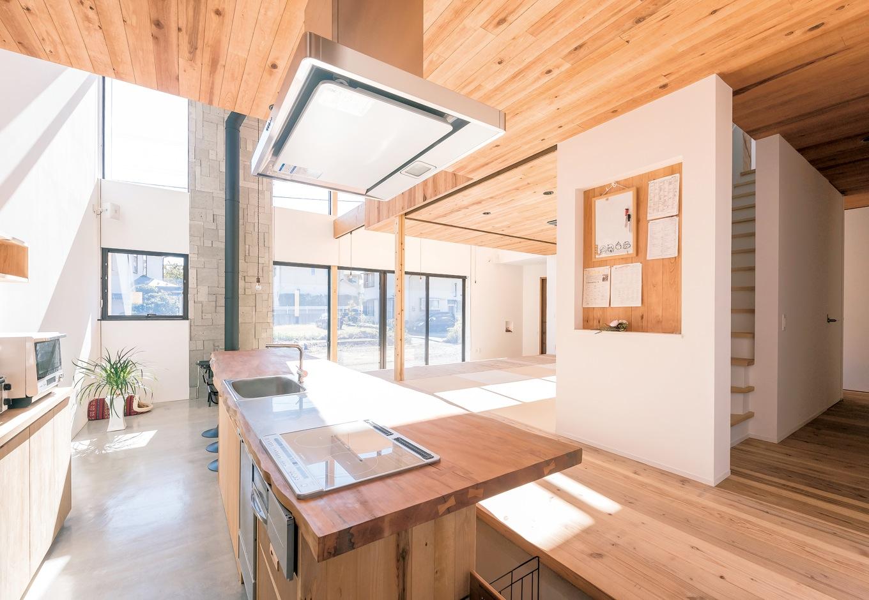 建杜 KENT(大栄工業)【デザイン住宅、自然素材、建築家】ラオスザクラの一枚板で作られたキッチン&ダイニングテーブルは、建築家と『建杜』の手による一点モノ