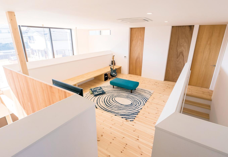 建杜 KENT(大栄工業)【デザイン住宅、自然素材、建築家】2階のファミリースペース。子ども達とご主人が一緒に遊ぶ声が1階に心地よく響く