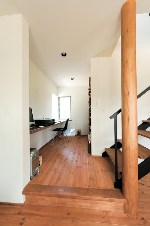建杜 KENT(大栄工業)【デザイン住宅、間取り、建築家】奥さまの読書コーナーもLDKとひと続き。段差をつくり、穏やかに役割をわけている