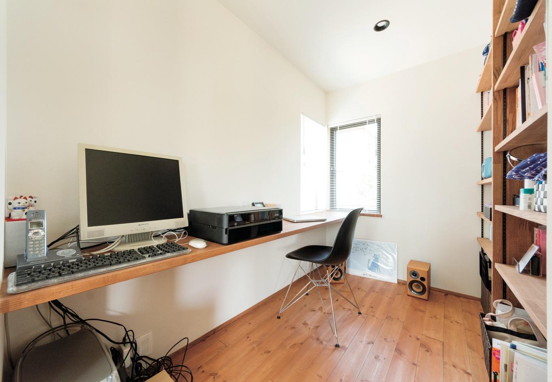建杜 KENT(大栄工業)【デザイン住宅、間取り、建築家】デスクや棚はほとんどが造作。空間の一体感が生まれ、使い勝手も高まる