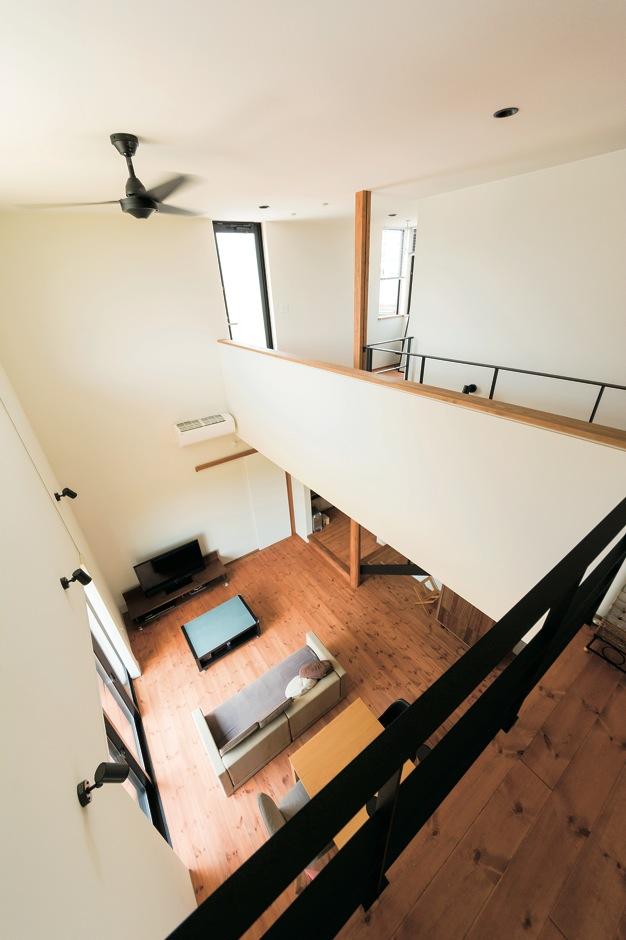 建杜 KENT(大栄工業)【デザイン住宅、間取り、建築家】大きな吹き抜けが自然なつながりを育む。照明やシーリングファン、サッシなどはアイアンにあわせ黒で統一した